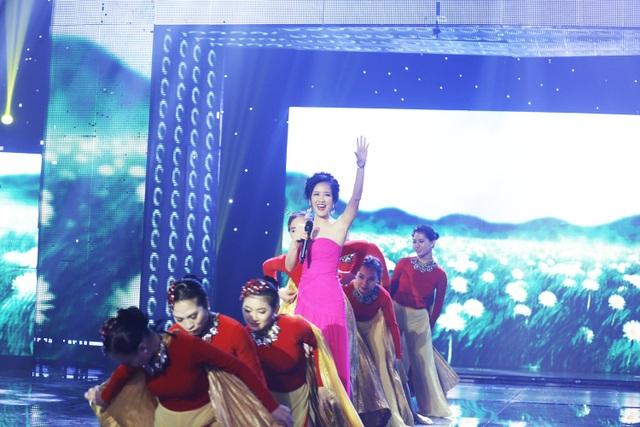 """Tiết mục thứ 4 là ca khúc """"Một ngày mới"""" – một sáng tác của nhạc sĩ Huy Tuấn dành tặng cho ca sĩ Hồng Nhung trong 1 buổi sáng trên con đường Đồng Khởi (TPHCM). Ca khúc được nữ ca sĩ thể hiện đầy tươi trẻ, cuốn hút."""