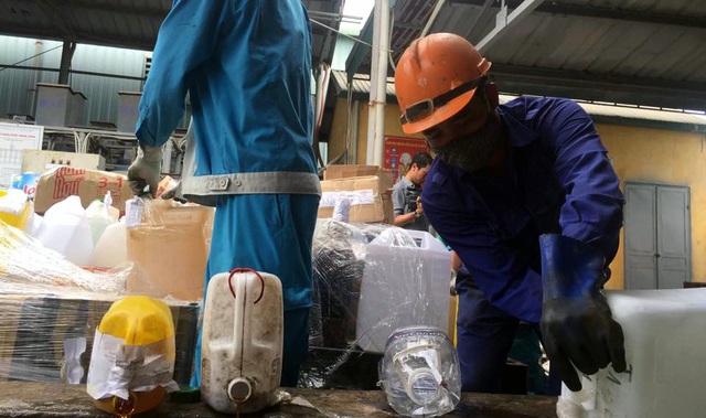 Hà Nội: Tiêu hủy 190 tấn rượu không rõ nguồn gốc - 1