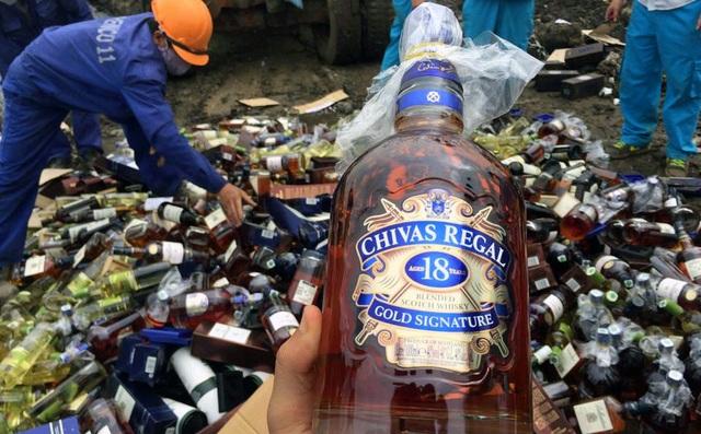 Hơn 190 tấn rượu bị tiêu hủy chiều 5/5.