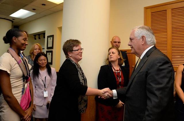 Theo Bộ Ngoại giao Mỹ, Ngoại trưởng Mỹ Rex Tillerson ngày 11/11 đã có cuộc gặp mặt với các nhân viên Đại sứ quán Mỹ, đồng thời đi thăm một số di tích lịch sử Việt Nam. (Ảnh: Bộ Ngoại giao Mỹ)