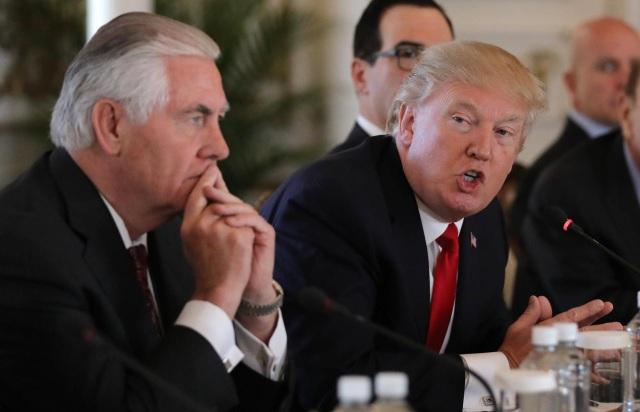Tổng thống Mỹ Donald Trump (phải) và Ngoại trưởng Rex Tillerson (Ảnh: Reuters)