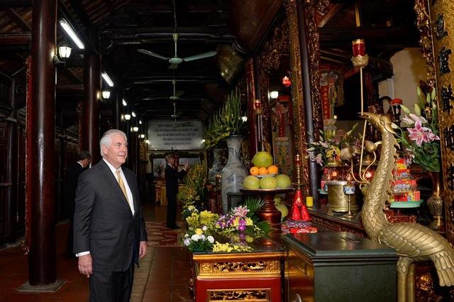 Ngoại trưởng Mỹ tiếp tục thăm quan di tích chùa Trấn Quốc, di tích lịch sử đã 1.500 năm tuổi, được cho là ngôi chùa cổ nhất Hà Nội. Nơi đây từng được coi là trung tâm Phật giáo của kinh thành Thăng Long vào thời Lý và thời Trần với những giá trị về lịch sử và kiến trúc. (Ảnh: Bộ Ngoại giao Mỹ)