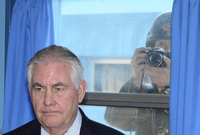Binh sĩ Triều Tiên chụp lén Ngoại trưởng Mỹ qua cửa sổ (Ảnh: EPA)