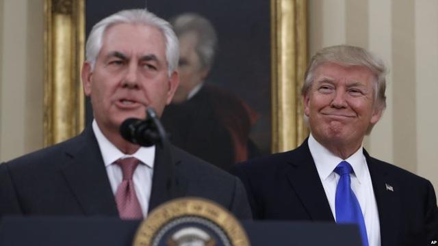 Tổng thống Mỹ Donald Trump (phải) và Ngoại trưởng Rex Tillerson. (Ảnh: AP)