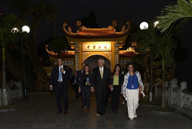 Ngoại trưởng Mỹ tản bộ trong chùa Trấn Quốc (Ảnh: Bộ Ngoại giao Mỹ)