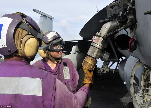 """Trên tàu sân bay, những nhân viên phụ trách về nhiên liệu thường mặc đồ màu tím và họ được gọi bằng biệt danh """"quả nho""""."""