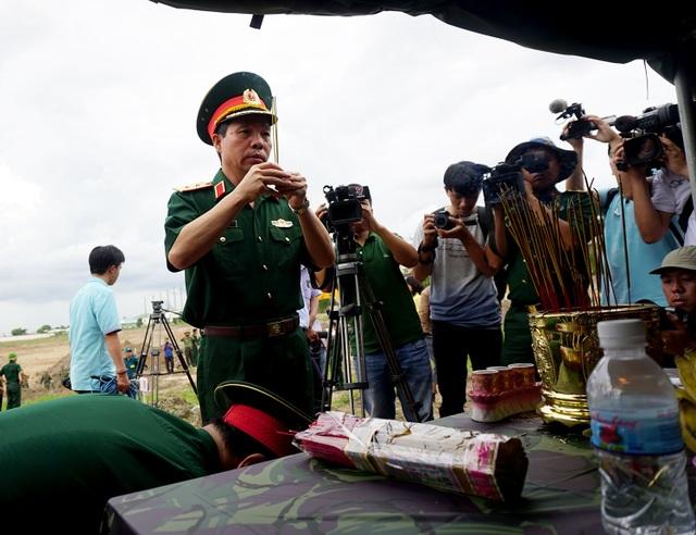 Trung tướng Đỗ Căn - Phó Chủ nhiệm Tổng Cục chính trị Quân đội nhân dân Việt Nam thắp nén nhang tưởng nhớ đến anh linh các liệt sĩ hy sinh trong trận đánh vào sân bay Tân Sơn Nhất năm 1968