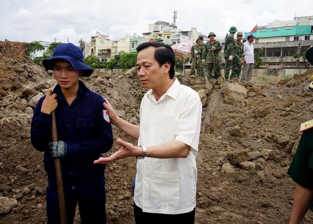 Bộ trưởng Bộ Lao động – Thương binh và Xã hội Đào Ngọc Dung hỏi thăm và động viên lực lượng tìm kiếm hài cốt liệt sĩ (ảnh Nguyễn Quang)