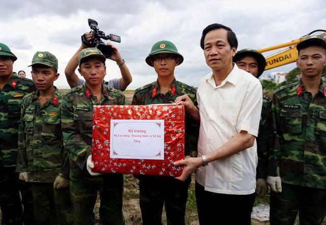Bộ trưởng Đào Ngọc Dung cảm ơn các chiến sĩ đã tích cực tham gia tìm kiếm hài cốt liệt sĩ. Theo ông đây là công việc khó khăn gian khổ nhưng phấn đấu còn manh mối nhỏ nhất cũng làm hết sức mình