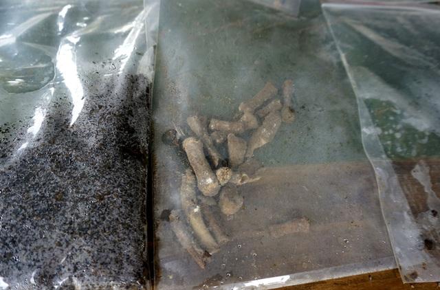 Một số mẩu xương được tìm thấy tại hiện trường tìm kiếm