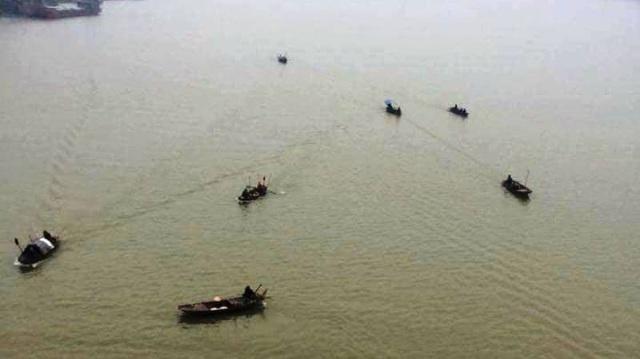 Các thuyền câu tìm kiếm cô gái trẻ nhảy cầu tự tử (ảnh Giang Ji Young)