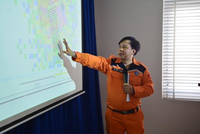 Lực lượng tìm kiếm cứu nạn trao đổi về các phương án và vị trí tìm kiếm