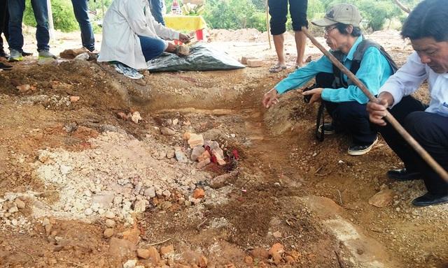Những viên gạch được xác nhận từ Nguyễn Phước Tộc là làm từ đời vua Nguyễn tại Huế hàng trăm năm trước (ảnh: T.Q)