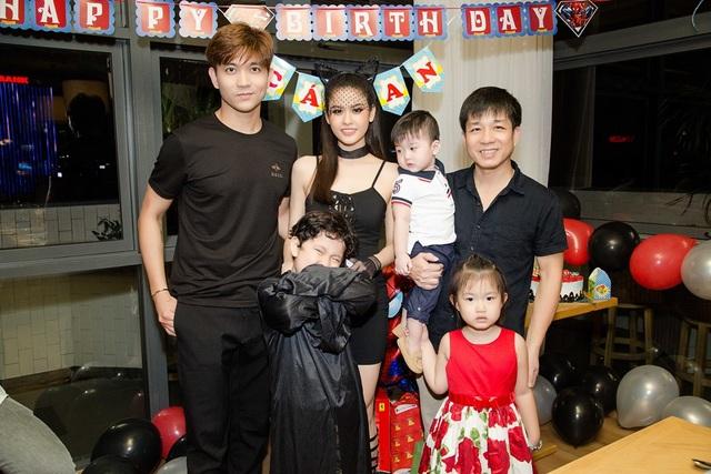 Đạo diễn Đoàn Minh Tuấn cũng đến chúc mừng sinh nhật bé Cát An