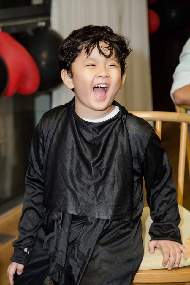 Cậu bé vô cùng hạnh phúc trong sinh nhật và luôn cười hết cỡ trong bữa tiệc đặc biệt của mình