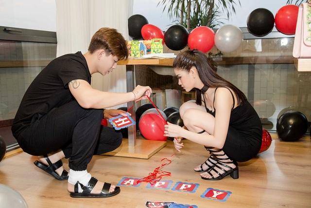 Cả hai vợ chồng có mặt ở nhà hàng từ khá sớm để tự tay chuẩn bị trang trí mọi thứ cho buổi tiệc mừng sinh nhật con trai
