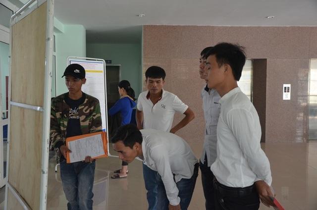 Người lao động tìm việc tại phiên chợ việc làm
