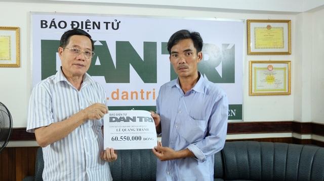 Nhà báo Đình Hòa (bên trái) - Trưởng Đại diện VP báo Dân trí tại Đà Nẵng trao quà bạn đọc ủng hộ đến gia đình anh Lê Tấn Dũng