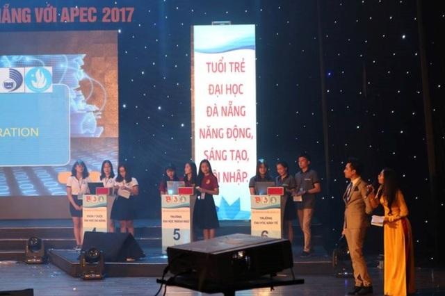Các đội thi tranh tài trong đêm chung kết. Kết quả, Trường ĐH Sư phạm Đà Nẵng đoạt ngôi quán quân