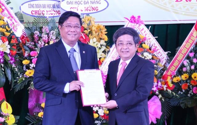 GS.TS Trần Văn Nam - Giám đốc ĐH Đà Nẵng trao quyết định bổ nhiệm PGS.TS Đoàn Quang Vinh làm Hiệu trưởng Trường ĐH Bách khoa
