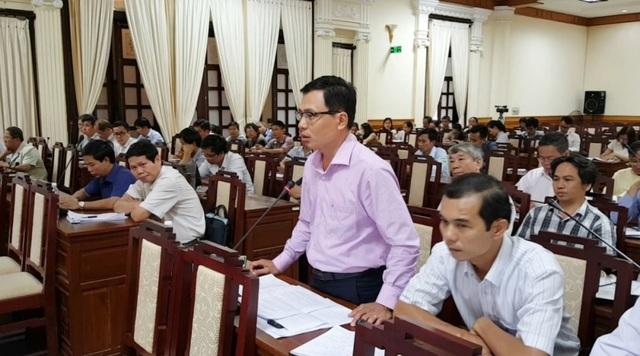 Ông Nguyễn Thiên Bình, Phó Giám đốc Sở Văn hóa & Thể thao tỉnh Thừa Thiên Huế (đứng) cho biết ngôi mộ vợ vua Tự Đức không thuộc di tích, không phải nhân vật lịch sử và nhiều yếu tố khác nên cần phải di dời