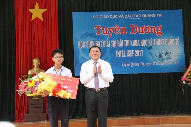 Bí thư Tỉnh ủy Quảng Trị, ông Nguyễn Văn Hùng tặng hoa và chúc mừng thành tích của em Phạm Huy.
