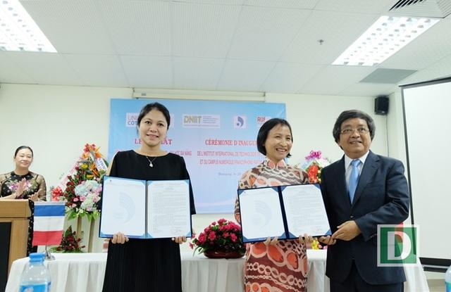 GS.TS Trần Văn Nam - Giám đốc ĐH Đà Nẵng trao quyết định bổ nhiệm hai Phó Viện trưởng của DNIT vừa thành lập