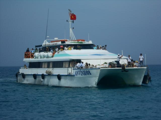 Tàu khách An Vĩnh 01 có sức chở 266 hành khách đã vượt sóng gió cấp 6 - 7 đưa sản phụ Thu vào đất liền vượt cạn. (ảnh minh họa)