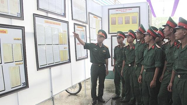 """Đội mưa dự Triển lãm bản đồ và tư liệu """"Hoàng Sa, Trường Sa của Việt Nam"""" - 7"""
