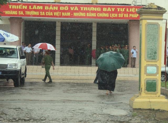 Mặc dù trời mưa rất to nhưng có rất nhiều người đến dự buổi triển lãm tại thị trấn miền núi cao Anh Sơn, Nghệ An.