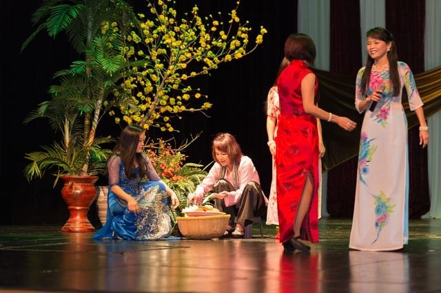 Chương trình bao gồm Hội chợ Tết và Đại nhạc hội mừng Xuân, cùng các cuộc thi Hoa hậu phu nhân và nam vương.