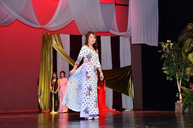 Các quý bà trình diễn áo dài trong cuộc thi Hoa hậu phu nhân.