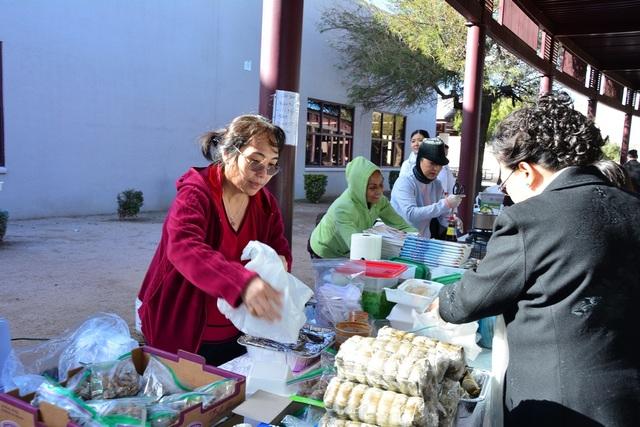 Hội Chợ Tết được tổ chức trong khuôn viên trường Mesquite.
