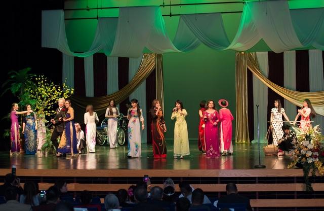 Chương trình mừng Xuân Đinh Dậu diễn ra ngày 21/1 tại trường Trung học Mesquite ở Gilbert, bang Arizona.