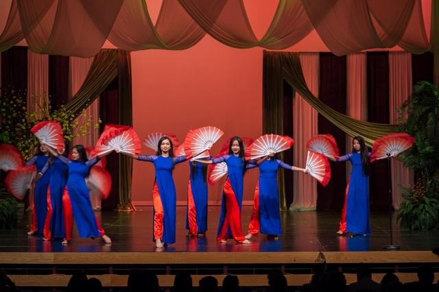 Một nhóm múa trình diễn trong chương trình.