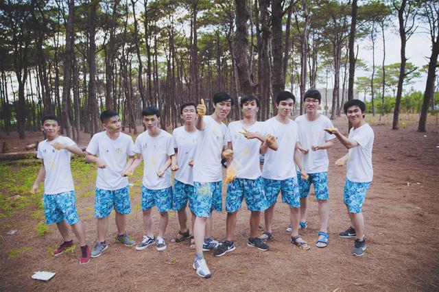 Bạn Hoàng Huy Thông thủ khoa 30 điểm khối B (ngoài cùng bên trái)