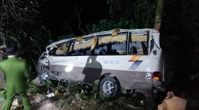 Chiếc xe ô tô chở 22 hành khách lao xuống vực sâu tại Lào Cai, khiến cả 23 người (gồm cả tài xế) chết và bị thương. (Ảnh chụp lúc 9 giờ tối tại hiện trường). Ảnh: Hương Thu-TTXVN