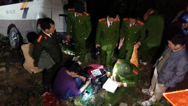 Lực lượng chức năng tỉnh Lào Cai khám nghiệm hiện trường và điều tra nguyên nhân vụ tai nạn (Ảnh chụp lúc 9 giờ tối tại hiện trường). Ảnh: Hương Thu-TTXVN