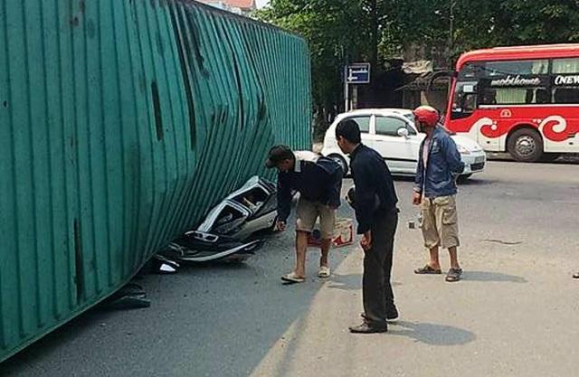 Kinh hoàng xe container đè nát xe con, 2 người tử vong - 3