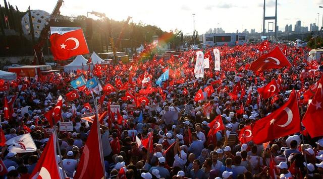 Hàng chục nghìn người Thổ Nhĩ Kỳ ngày 15/7 đã xuống đường tuần hành kỷ niệm 1 năm sau vụ đảo chính bất thành. (Ảnh: Reuters)