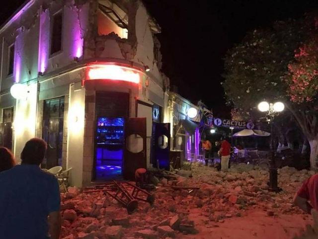 Nhiều nhà cửa bị phá hủy sau động đất mạnh. (Ảnh: The Sun)