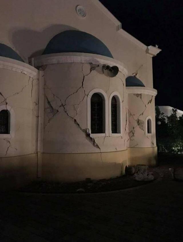 Những mảng tường bị nứt toác do động đất. (Ảnh: Dailymail)