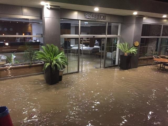 Nhiều khách sạn bị ngập lụt sau sóng thần. (Ảnh: Dailymail)