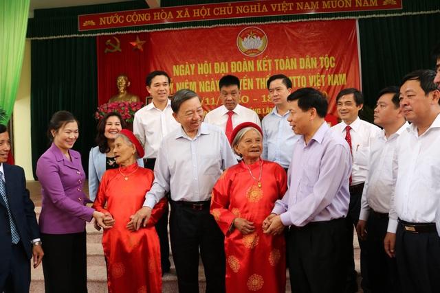 Ủy viên Bộ Chính trị, Bộ trưởng Bộ Công an Tô Lâm trao đổi với các đại biểu dự Ngày hội Đại đoàn kết toàn dân