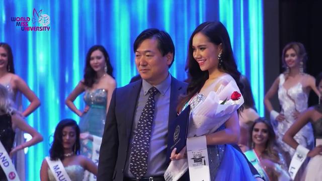 Người đẹp 9x rạng rỡ trong giây phút nhận giải.