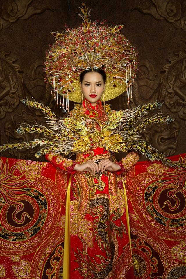 Trang phục Truyền thống đầy cầu kỳ của Thuỳ Dương.