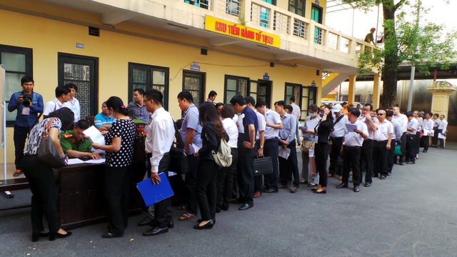 Rất đông người liên quan và các luật sư làm thủ tục tham dự phiên tòa.