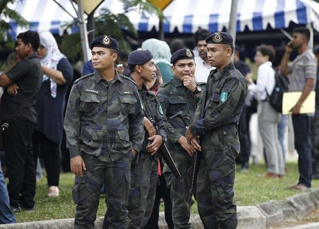 Lực lượng an ninh được tăng cường bên ngoài tòa án. (Ảnh: AP)
