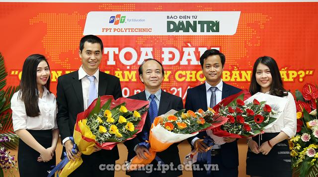 """Ông Vũ Chí Thành - Giám đốc Khối đào tạo Cao đẳng thực hành FPT Polytechnic tặng hoa, chào đón các vị diễn giả trong buổi tọa đàm trực tuyến """"Chọn việc làm hay chọn bằng cấp""""."""