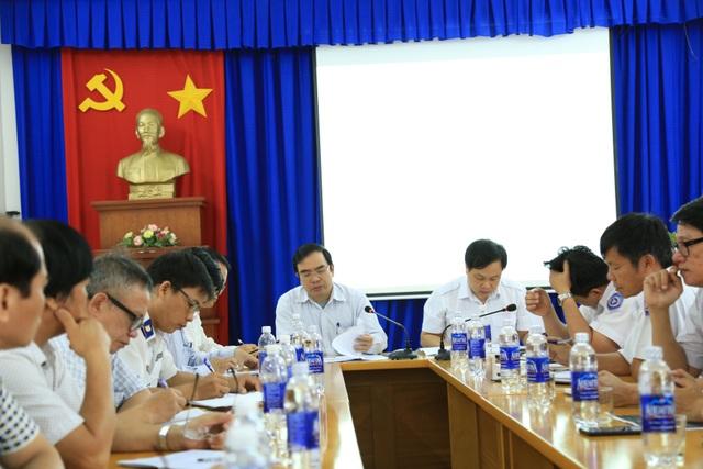 Ông Nguyễn Hoàng, Cục phó Cục Hàng hải Việt Nam, chủ trì cuộc họp bàn phương án cứu nạn 9 thuyền viên mất tích